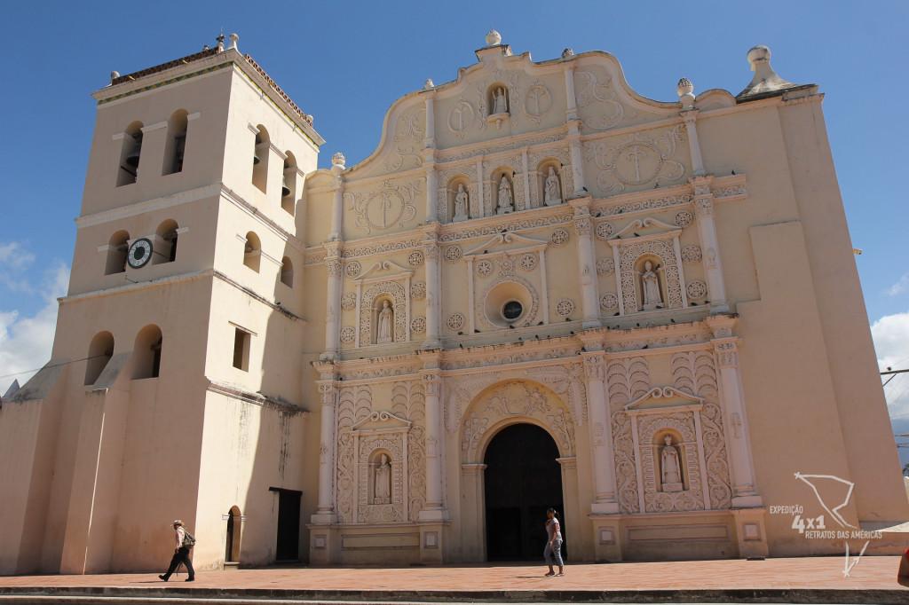 A catedral de Comayagua onde fica o relógio mais antigo do mundo - para quem está se perguntando onde está o relógio: na torre ao lado esquedo da catedral, o relógio é circular de cores branco e preto.