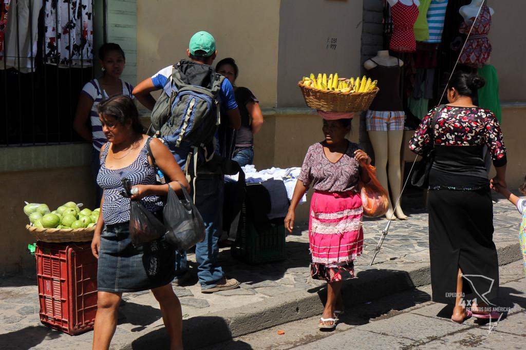 Ver senhoras hondurenhas equilibrando cestas de frutas na cabeça é algo comum em Comayagua - Honduras
