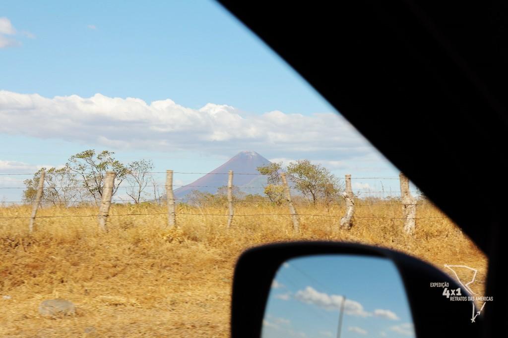 Vulcão é visto ao horizonte de dentro da Tanajura no caminho à Masaya - Nicarágua